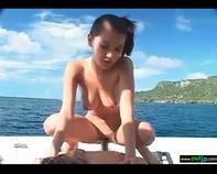 【白人JSロリータ】白人ロリ幼女と開放的過ぎる船上青姦セックスとか裏山けしからんwいつか金餅になったらヤッてみたいよなww