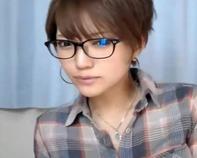 【NHライブチャット】男の娘のような黒縁メガネのボーイッシュ美少女がフル勃起チンポをコッチ見ながらバキュームフェラww