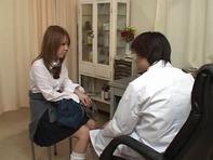 【産婦人科盗撮】クリトリス刺激したり手マンを始めるエロ医者にマン汁垂れ流して感じるロリギャル女子高生ww