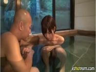 【紗倉まな】温泉旅行でショートカットロリ巨乳美少女紗倉まなちゃんと早朝セックス主観フェラww