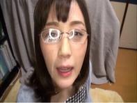 【フェラチオ】メガネのフェロモンお姉さんがデカチンコにむしゃぶりつき顔射でザーメンたっぷり浴びるww