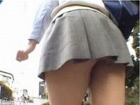 【JCパンチラ】歩くたびにプルルンプルルンとお尻が揺れてるミニスカ中学生の後をつけてパンチラ盗撮ww