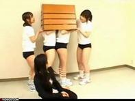 【レズレイプ】JCロリっ娘が跳び箱の上で女教師を集団イジメレズレイプwアナルとオマンコ2穴指ズボww