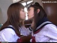 【レズ唾液交換】仲良し女子高生が放課後の教室で濃厚レズキス唾液交換にフル勃起しますたww