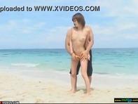 【ビーチで手コキ】貧乳ギャルお姉さんとプライベートビーチでイチャイチャしつつの野外でベロチュー手コキしてもらう露出プレイww