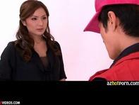 【仁王立ちフェラ】絶世のエロお姉さん梓ユイがピザ屋のアルバイトの男の子のチンコを嬉しそうにジュボジュボ仁王立ちバキュームフェラww