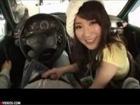 【車内フェラ】ドライブデート中にぶりっ子で可愛い彼女にフェラさせるの楽し杉ww