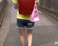 【JS手コキ】黄色い帽子と赤いランドセルを背負ったJS小学生妹がお兄ちゃんのために乳首舐め&手コキ抜きとかンゴww