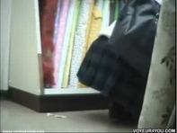 【ミニスカ盗撮】ショッピングに夢中になってる超ミニスカJCの太もも臭そうなアナルとTバックのハミ毛モリマンンゴww