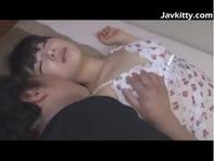 【JS親近相姦】寝てるJSの姪っ子ちゃんを見てたらチンコビンビンになったのでパイパンおまんこクンニww