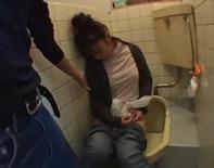 【泥酔中出しレイプ】べろべろに泥酔してるOLさんに睡眠導入剤を飲ませてトイレでレイプどっぷり中出ししたったったwwうはぁww