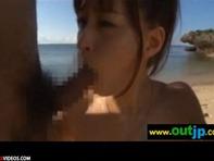 【青姦3P】純粋そうで童顔ロリ可愛い美少女がプライベートビーチで開放的な全裸青姦3Pで生パコww