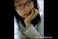 【ライブチャット】メガネのブスかわいい韓国人JSロリっ娘がライブチャットでストリップショーしちゃってる自画撮り映像だおww
