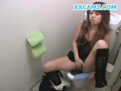 トイレ盗撮・ロリなギャルがいやらしいオナニーでクチュクチュってw