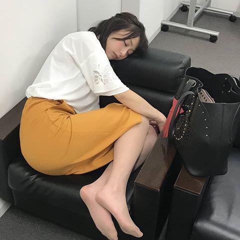 【画像】女子アナの宇垣美里さん、まさかの職場で熟睡してしまうwwwwww