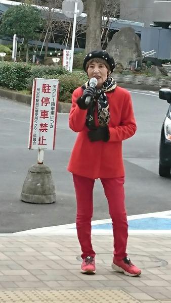 所沢駅東口で女性アクション2