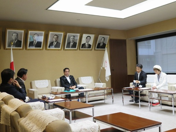斉藤正明県議会議長に4会派が要望1