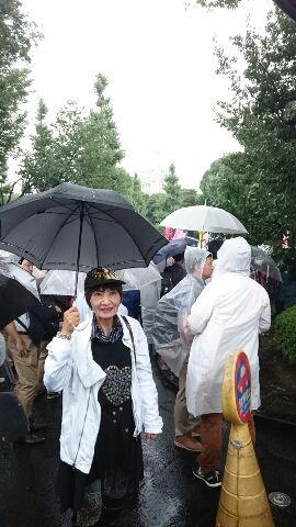 戦争法1年、国会前、雨の中2万3000人