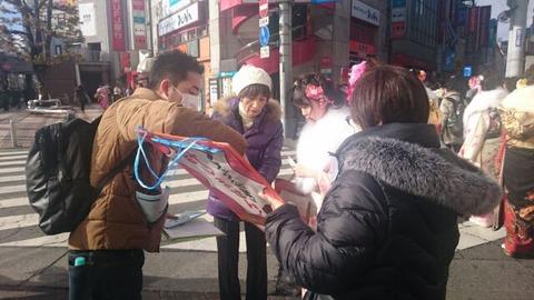 所沢駅西口で新成人にシールアンケート