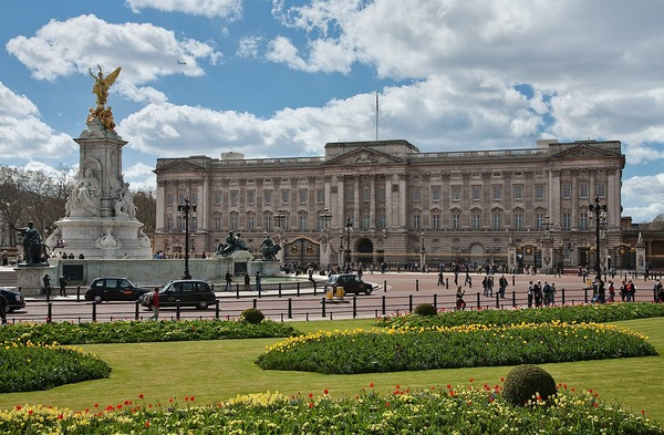1200px-Buckingham_Palace,_London_-_April_2009