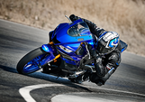 2019-YZF-R3-Yamaha-Blue_Action01_0078