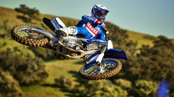 2019-Yamaha-YZ450F-EU-Racing-Blue-Action-002
