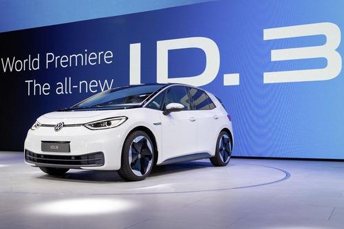 VW、新型EV「ID.3」登場!航続最大550km。VWロゴも新しくなります