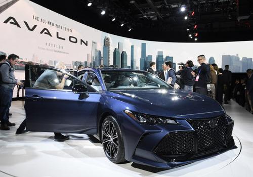 トヨタ、最上級セダン「アバロン」初披露! アマゾンのAI搭載
