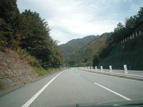 高速道路にいきなり歩行者「よけろと言われても…」ドライバーの責任は?