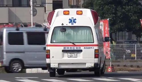 救急車サイレンでも車10台以上が止まらず ツイッター上に投稿された動画で物議