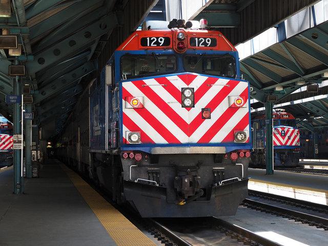 Metra、UP-NW線のEMD F40PHディ...