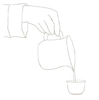 茶海のお湯を飲杯に注ぐ