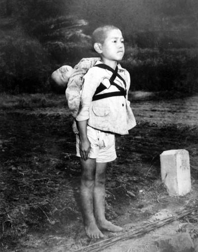 焼き場に立つ少年