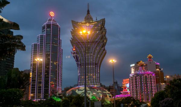 Grand-Lisboa-Macau:夜のネオン-e1478530888592