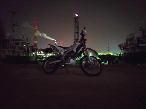 WR250Rと工場夜景の写真
