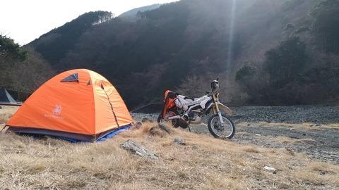 WR250Rとテントの写真2
