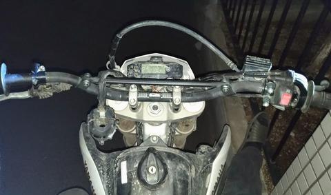 オフロードバイクのハンドルバーとバーライズキット