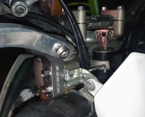 オフロードバイクに取り付けたハンドガードマウント サイドタイプの写真