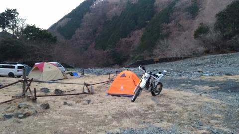 WR250Rとテントの写真