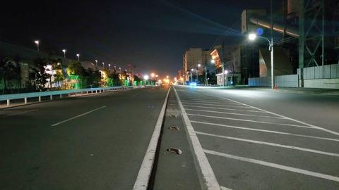 港に佇む静かな道路