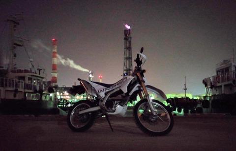 水江運河と工場夜景とバイク