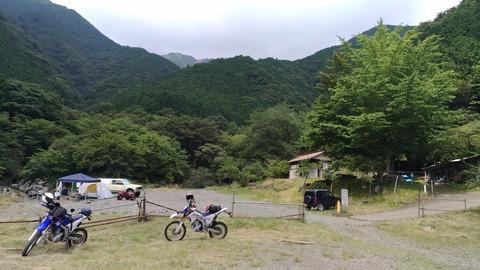 キャンプサイトとWR250Rの写真