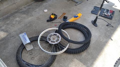 バイクのタイヤ交換中の写真