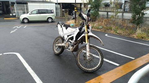 泥だらけになるまで遊んだオフロードバイクの写真