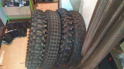 家の中に置かれたバイクのタイヤの写真