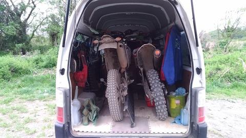 キャラバンにフルサイズバイク二台を乗せた写真