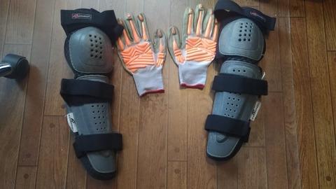 作業用手袋と膝につけるプロテクターの写真