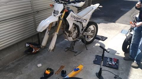 オフロードバイクのメンテナンススタンドの写真