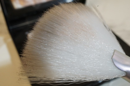 NYX Holographic Halo Brush Micro19