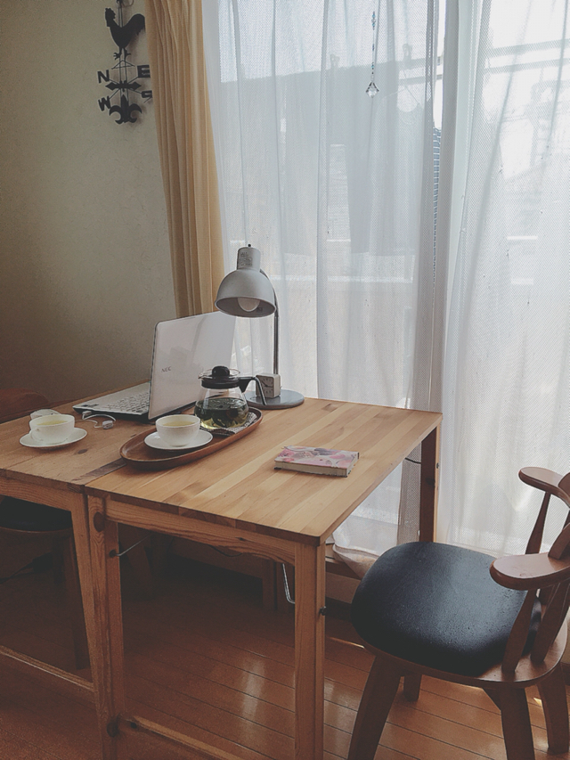 夏の間、無印良品の折りたたみテーブルを2つ付けて娘との時間を楽しんでいました。
